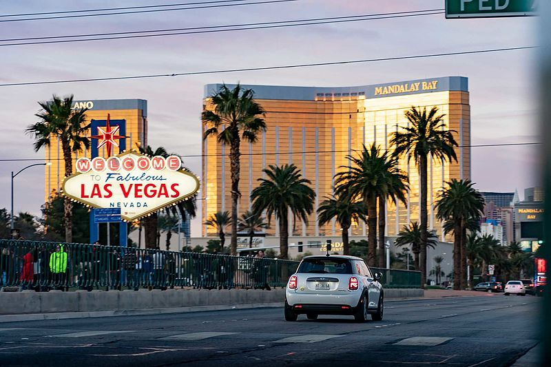 "Der fabelhafte MINI Electric in ""Fabulous Las Vegas""."
